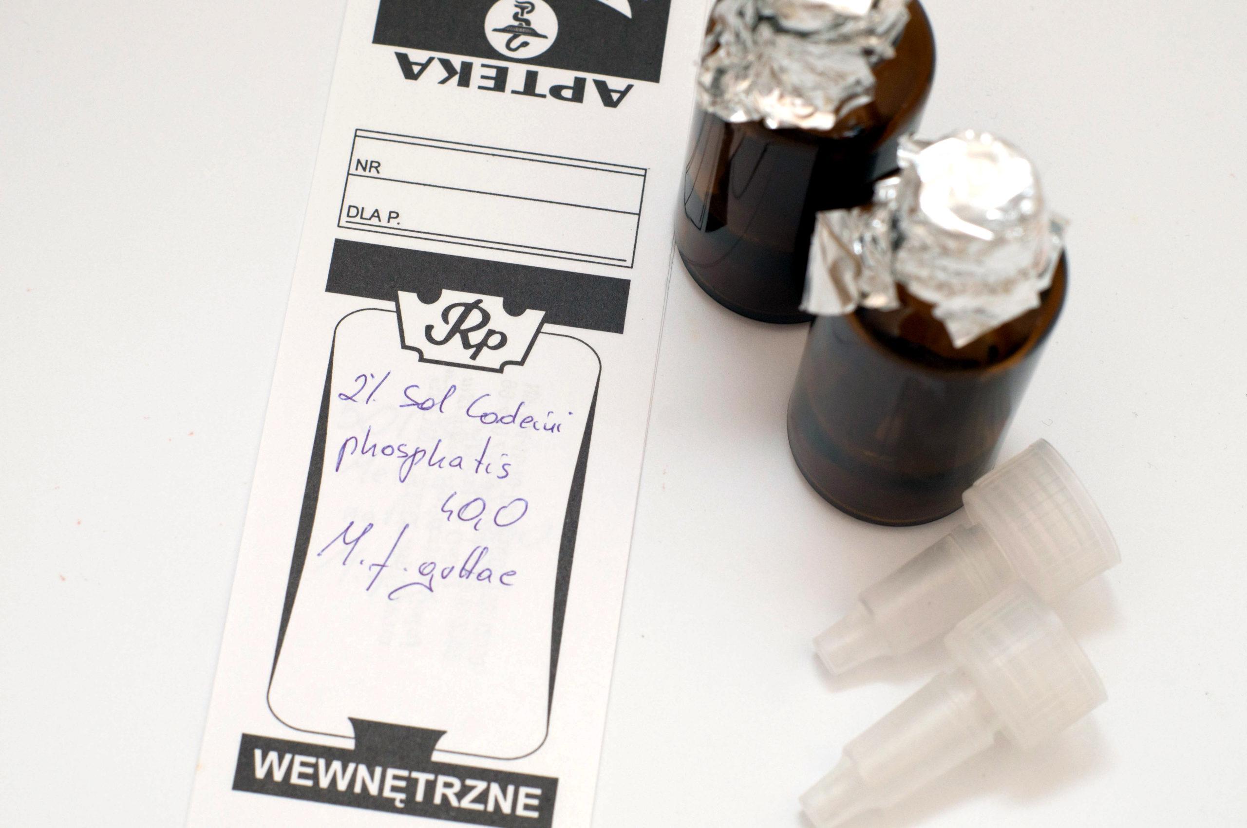 Kodeina wykazuje ośrodkowe działanie przeciwkaszlowe poprzez bezpośredni wpływ na ośrodek kaszlu w rdzeniu (fot. receptura.pl).