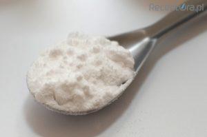 Mocznik należy rozpuścić w całej ilości przepisanego roztworu kwasu bornego, a następnie porcjami wprowadzać do moździerza zawierającego mieszaninę wazeliny i euceryny (fot. receptura.pl).