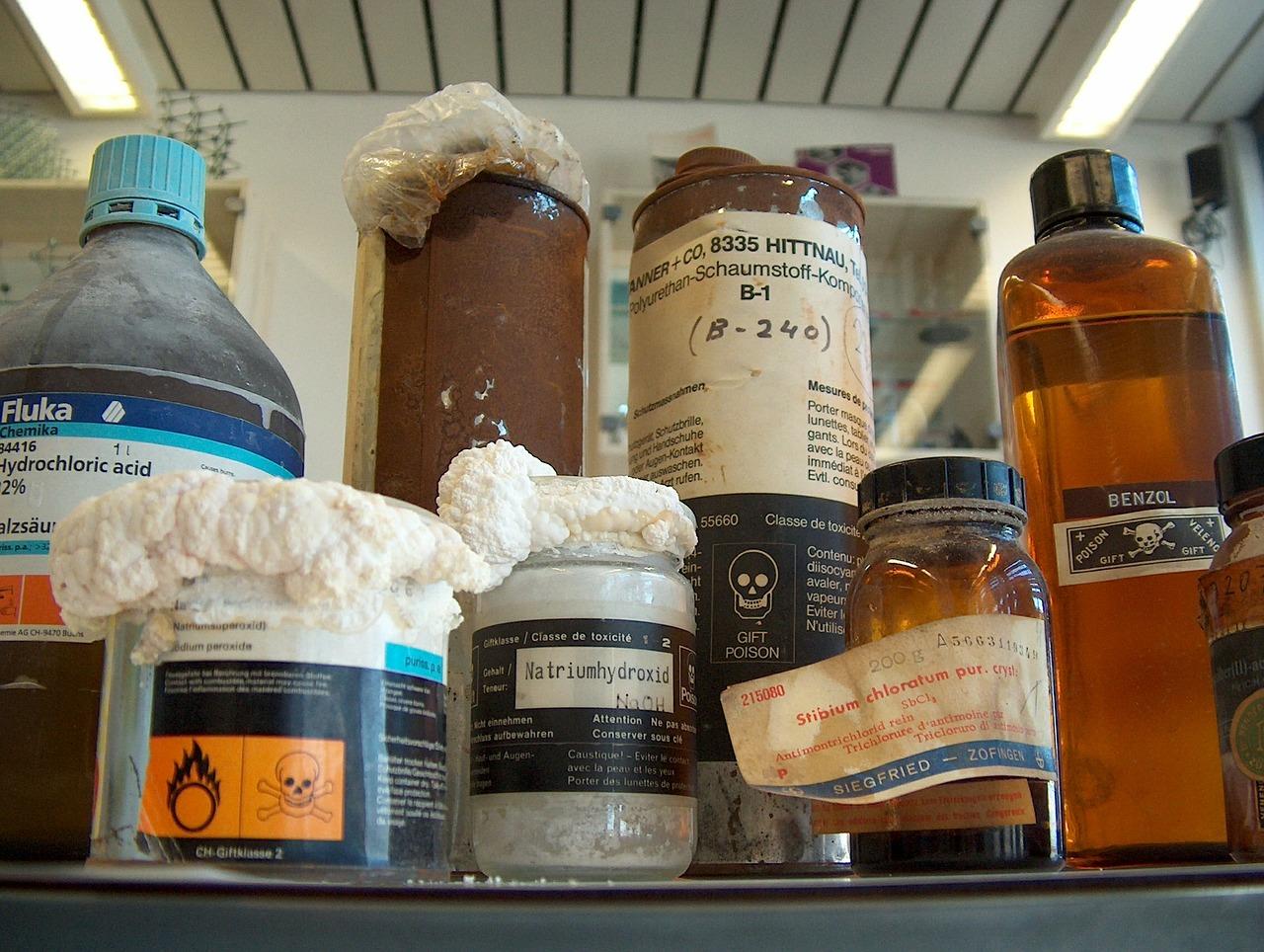 W przypadku niezgodności chemicznej jaką jest wytrącanie słabych zasad najczęściej poprawa recepty polega najczęściej na wydzieleniu chlorowodorku papaweryny ze składu mieszanki ipodanie jej w proszkach (fot. Receptura.pl).