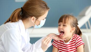 Leki recepturowe stosowane w chorobach jamy ustnej najczęściej mają postać kropli do płukania gardła i jamy ustnej (fot. Shutterstock).