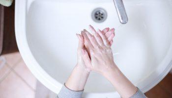 Dezynfekcja rąk jest jednym z najważniejszych działań, które możemy podjąć, aby zapobiec rozprzestrzenianiu się infekcji
