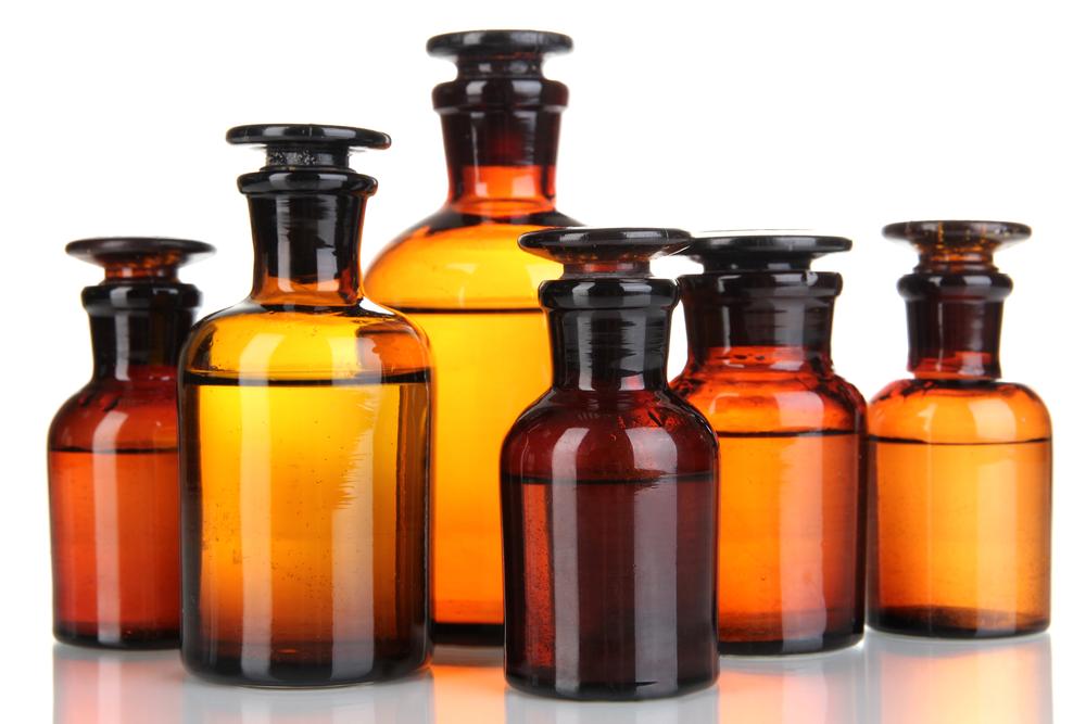 Aby zmniejszyć ryzyko pomyłki, polecamy przygotować przed rozpoczęciem pracy surowce niezbędne do wykonania leku recepturowego (fot. Shutterstock).