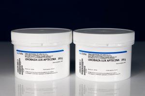Lekobaza Lux dobrze łączy się z większością surowców stosowanych w recepturze aptecznej (fot. receptura.pl).